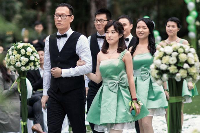 我们都知道在一场婚礼上,除了新娘和新郎以外,重要的人物,还有伴郎和伴娘。那么如果作为新人邀请来的伴郎和伴娘,在很多方面都是需要值得注意的。那么今天我们就来讨论一下在婚礼上伴郎可以穿短袖衬衣吗?