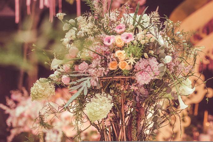 结婚是每个人人生中的一件大事,每个人都希望自己的婚礼是可以风风光光、漂漂亮亮的,所以人们在举办婚礼的形式上花了很多的功夫来研究,如何将婚礼办的更好一些。其实,大家都知道,婚礼有中式婚礼与西式婚礼之分,两者在举办的形式上也有一些区别,要求也不一样,随着中西文化的融合,很多人也开始办西式婚礼了,其实两者各有各的风格与魅力,也有很多人关心中式婚礼,毕竟现在中国元素还是非常盛行的.