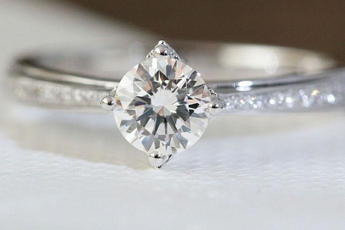 结婚戒指是婚礼上男女双方互相交换的信物,象征男女间的婚姻关系的确立。因此结婚戒指需要在女方同意婚事后男女双方一同去珠宝店进行购买的。如果想要购买定制的结婚戒指,则最好在婚礼前一个月以上去定制。