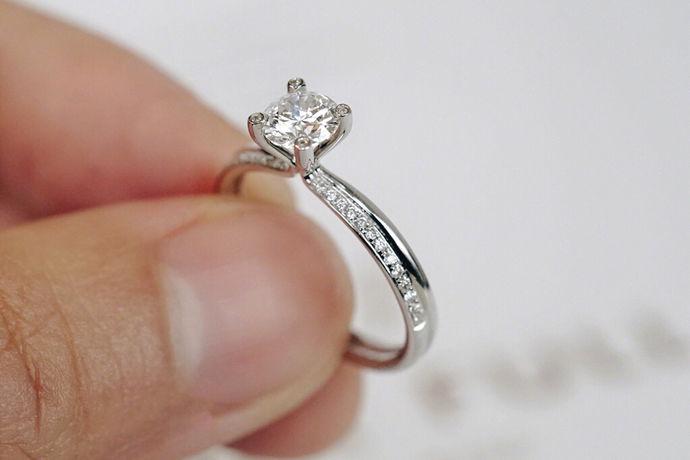 当我们购买钻石戒指时,我们最关心的是钻石戒指的价格。钻石戒指因为它们本身的珍贵而出现在婚礼照片中,而且由于它们的坚硬和永恒,它们一直受到女人的青睐。不过,大克拉的钻石戒指更贵,而现在很多人喜欢小钻石戒指,比如五点钻石戒指是个不错的选择,五点钻石戒指是个不错的选择。价格受到许多人的关注。五分的钻石戒指多少钱?