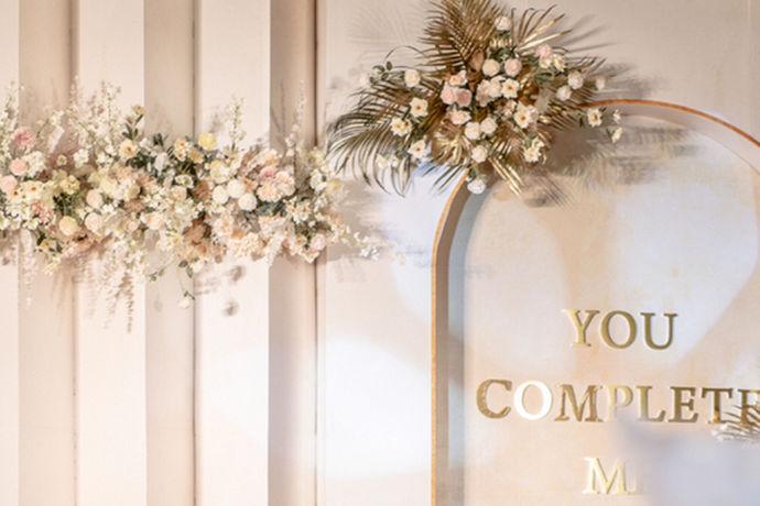 婚礼从古到今都是人们比较重视的一件事,其中经过历史的演变以及文化的交流,婚礼的形式也越来越多样化了,人们的选择也越来越多。不过现在要结婚的年轻人们思想开放,想法也多,对婚礼的要求也越来越高,普通的婚礼已经满足不了他们的需求。那么又有哪些婚礼形式可供选择呢。