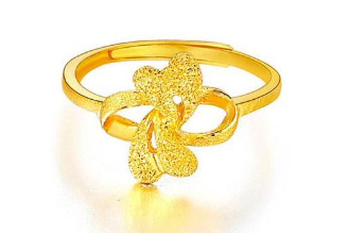 戒指闲暇已经成为了人们生活中的必备品,对于很多年轻人来说戒指是时尚的装饰品,对于爱情人士来说,戒指是代表爱情的见证物,人能选择不同的戒指时价格也是不一样的,那么一个黄金戒指大概多少钱呢?该怎么选购?接下来跟小编去了解一下吧。