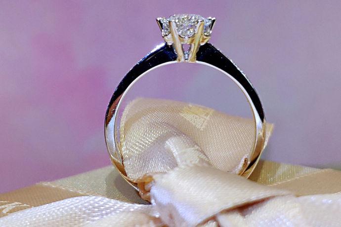 目前主流的戒指尺寸中只有国内内地戒指尺寸标准和港版戒指尺寸标准中有21号戒指。在内地版戒指尺寸标准中,戒指21号对应的戒指周长为61mm,直径为19.4mm,为男性戒指尺码。在港版戒指尺寸标准中,戒指21号对应的戒指周长为62mm,直径为19.7mm,为男性戒指尺码。