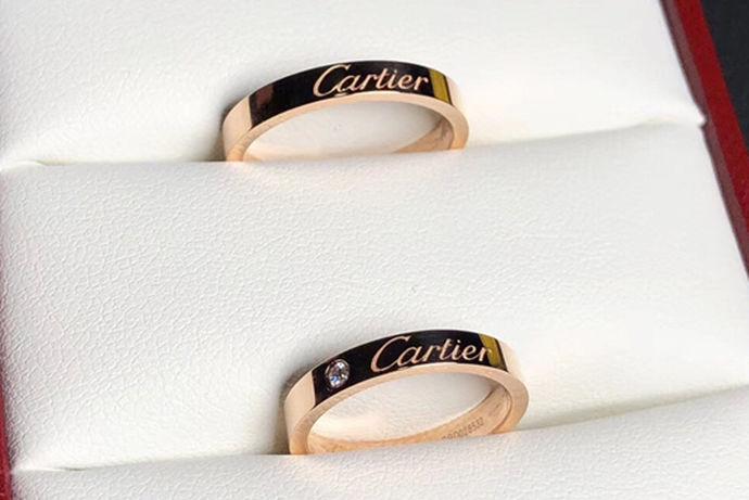 在举行的结婚仪式当中,往往都会有交换对戒这一环节。给自己爱的人戴上那枚戒指,可以说是最浪漫的事情了,同时也代表着愿意和他共度一生一世的决心。所以结婚对戒是结婚过程中非常重要的一个道具,那么我们应该如何去挑选结婚对戒呢?结婚对戒多少钱呢?