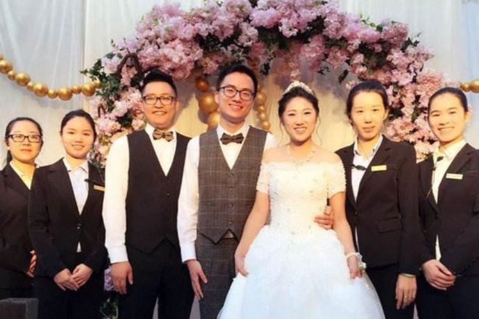 婚礼,除了新娘和新郎,还有婚礼来宾。一般而言,结婚角色分为婚礼主角、婚礼配角以及工作人员这三类。所以一般婚礼的成员有哪些?