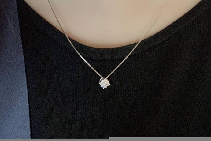 铂金项链是女孩子都很喜爱的饰品,亮晶晶的,戴在脖子上很显人的气质。但是戴久了,铂金项链就很容易变脏变黑,不再闪亮,戴的人和看得人都有些许尴尬。