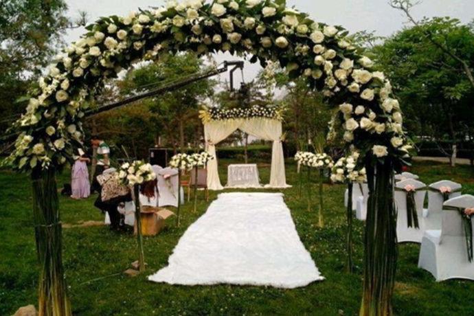 婚礼现场的布置,是一场浪漫唯美的婚礼必不可少的,而拱门就是一个最显眼最浪漫的装饰物。那么拱门怎么做?有哪些拱门呢?