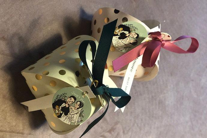 结婚这种大喜日子,必须要来点甜甜的喜糖才可以衬托出新婚夫妇爱情的美好,也可以为宾客们送上一点甜蜜蜜的祝愿。经典喜糖盒子不仅可以装糖果,还可以把喜糖盒子当作礼品盒放入小饰品,用途广泛。那么,经典的喜糖盒怎么叠呢?