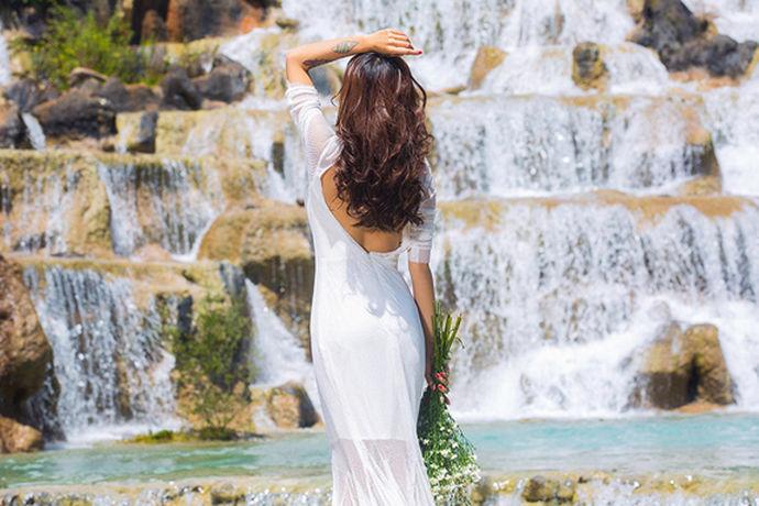 婚纱是结婚新娘所穿的礼服,是一个女人幸福的时光,但是一个女人一生只有一次,婚礼对于大部分来说都是一生一次的,都希望和自己选定的另一半白头偕老,幸福美满。每个女人在结婚时穿婚纱的样子都是最美的,今天小编就来带大家一起来看看新人们穿婚纱的照片有多么美丽动人吧!