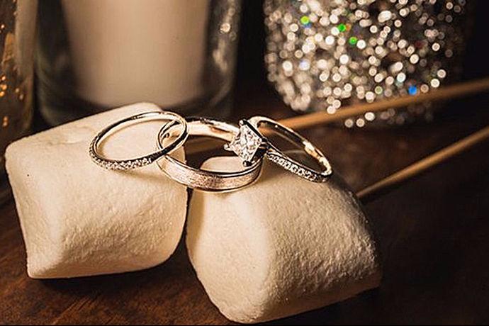 结婚是一件浪漫的事,戒指是两人爱情的信物,现在结婚必备的一件东西就是戒指,大家都知道戒指有什么含义吗?戒指什么意思?