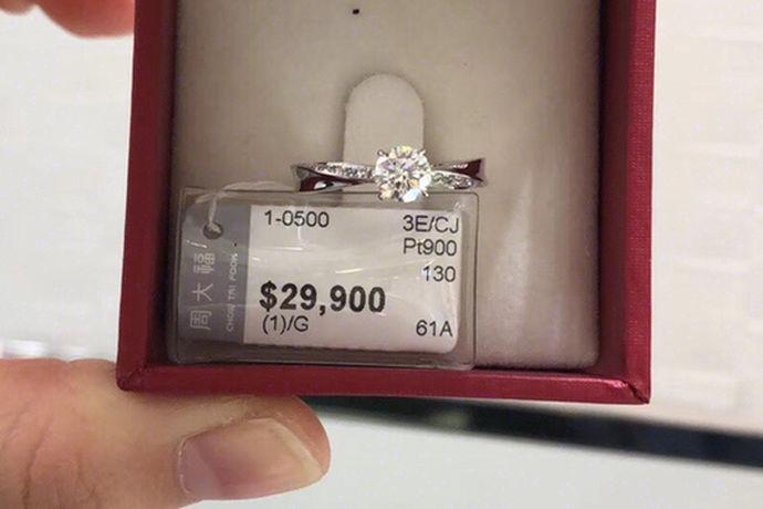 生活中,每个女生都对钻戒有着好感。一般来说,男士都会买好看的钻戒送给自己心爱的人,但是在男士买钻戒的时候,该如何区别钻石的真假呢?今天中国婚博会小编就为您带来怎样看钻石真假这篇文章。