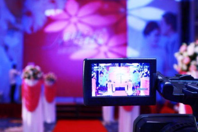 婚礼录像现在已经被越来越多的新人运用到婚礼上,以便记录婚礼当天的美好和感动。婚礼录像是指婚礼庆典的拍摄,属于新兴行业,随着青年朋友们生活品质的提高,越来越多的新人在婚礼都会邀请专业的摄影师来拍摄婚礼流程并制作成纪念碟。那么婚礼录像多少钱呢?下面和小编一起来了解一下吧。