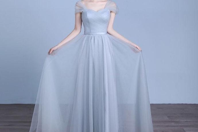 通常情况下,伴娘服都是由新人负责购买,尤其是有伴娘团的情况下,服装需要统一,需要新人事先准备好统一的伴娘服。