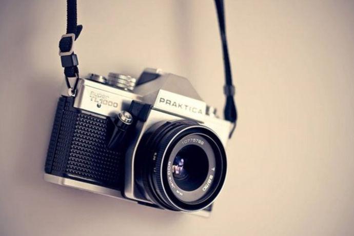 通常拿相机的有两种,一种是用来摄影,一种是用来拍照。摄影是一门艺术,更是一门技术,是一个人内心世界的另一面镜子,咔嚓快门儿一按,那是纪念,反映的是你的经历。今天我们就来谈谈摄影用什么相机好。