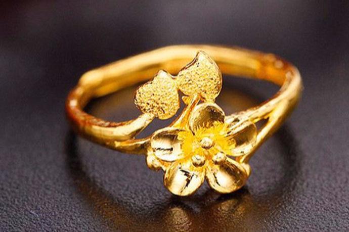 戒指是一种很常见的饰品,当下社会很多年轻人也会把戒指当做定情信物。然而戒指也有不同的材质,如银的、铂金的、千足金的等等,不同材质的戒指价格也大不相同,那一般金戒指多少克,大概多少钱呢?