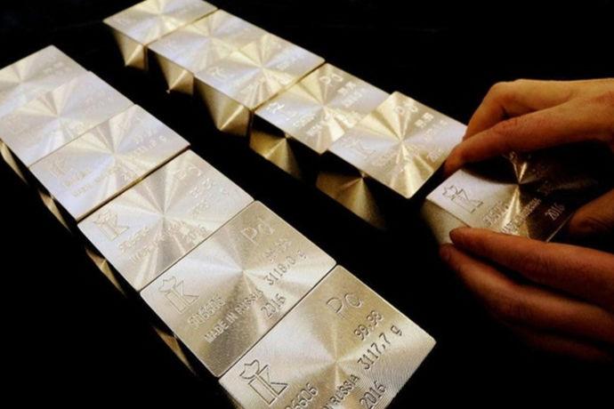 钯金是一种外观看似与铂金相像,具有银白色的光泽,但又比铂金较轻的金属。钯金具有自然迷人的天然光彩,经过漫长的岁月磨砺,还能历久如新,所以用钯金制成的首饰深受大家欢迎。那么钯金多少钱,是大家在选购钯金首饰时最关心的问题,那就跟中婚博会小编一起来了解一下。