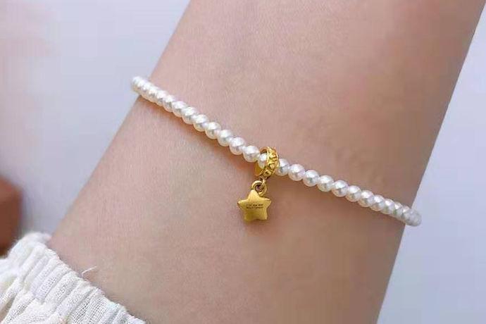 目前市面上有几十种珍珠手链,一般为米形、扁圆状等等,有明显的缺陷,几乎没有珍珠光泽,还有一串串不同肤色和形状的珍珠手链,或仿珍珠手链。选择珍珠手链作为饰品,是衬托自己的高雅高贵,端庄淡雅的气质。然而,这种低端珍珠手链已经失去了选择珍珠首饰的意义。