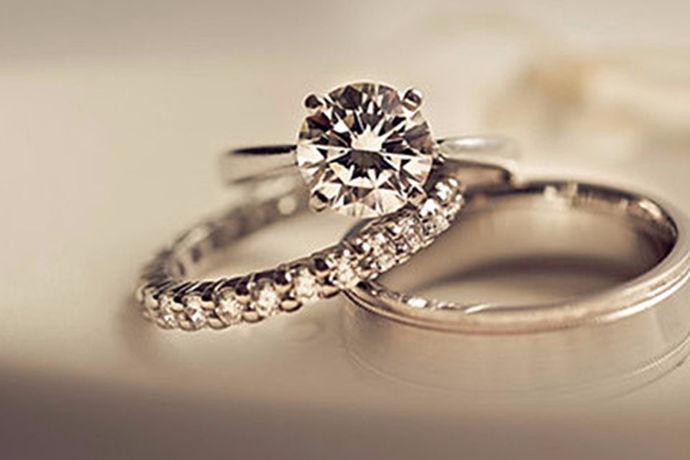 对于即将步入幸福婚姻的情侣来说,一枚独特的结婚戒指,会给他们的爱情带来不一样的寓意。结婚戒指不仅是对你们爱情的见证,也意味着一段属于彼此的新旅程的开始,同时也将记录着彼此之间的甜蜜回忆。纵观现在的珠宝市场中,戒指的品牌种类非常多,而且价格也有很大的不同,因此在选购戒指的时候,人们往往手足无措,不知道该如何选择。那么到底戒指有哪些品牌呢?