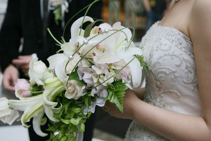 婚礼上婚纱是缺一不可的东西,每个新娘心中都有一个婚纱梦,婚纱是新娘关于结婚的最美记忆。很多新人会选择买婚纱,而不是租婚纱,因为这样的婚纱更具有专属感和仪式感,新人值得珍藏一辈子,但是买婚纱价格一般不低,具体的价格还要看婚纱的品质和质量等。那么一件婚纱多少钱?
