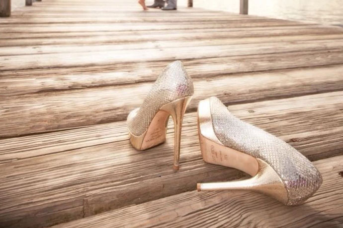 在现实中,如果我们要拍摄出一套比较非常好的婚纱照,那么我们要对身上穿的每一个物品都要有讲究,所以婚纱照穿什么鞋子其实是一个不能错过的问题,那么,婚纱照应该穿什么鞋子了?