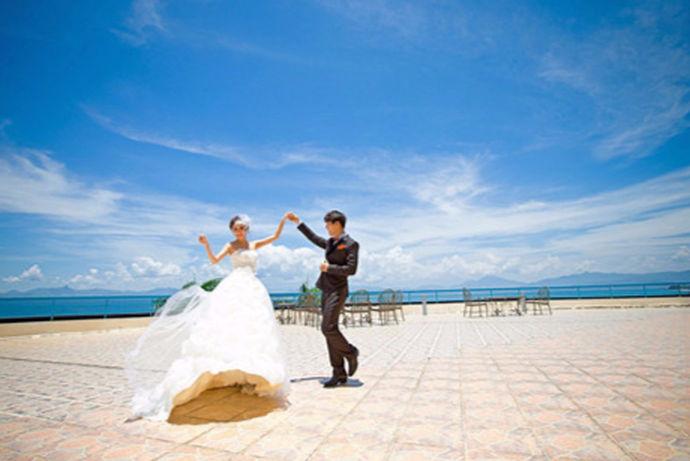 三亚是非常热门的婚纱摄影景点,每年有众多的新人到三亚拍婚纱照,那么在三亚拍婚纱照多少钱呢?下面小编为大家介绍几个三亚典型的婚纱摄影价格案例来为说明三亚拍婚纱照价格。