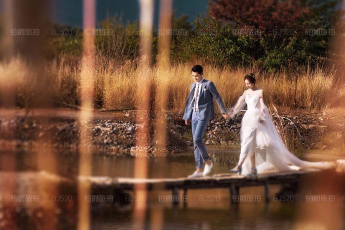 拍婚纱照对于很多新人来说都是一生一次比较重要的事情,当然婚纱照的价格和婚纱照片的效果也是新人比较关心的一个问题。每年都会有不同的风格。一些夫妇想尝试新的风格和又想体验曾经经历过去的时光。那么新婚夫妇拍摄婚纱照多少钱呢?新人必知婚纱照价格一般多少?下面让我们来跟着小编详细讲解一下。