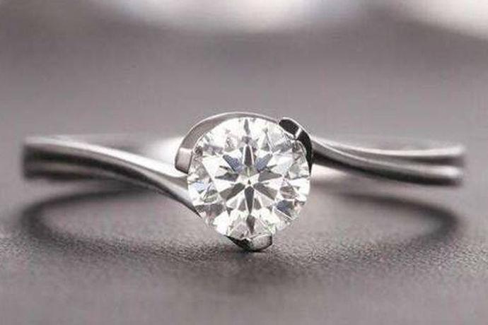 许多消费者在购买钻石戒指时都选择在香港购买钻石戒指,但香港的钻石戒指品牌并不全是好的。今天就来看看香港钻戒品牌有哪些呐?