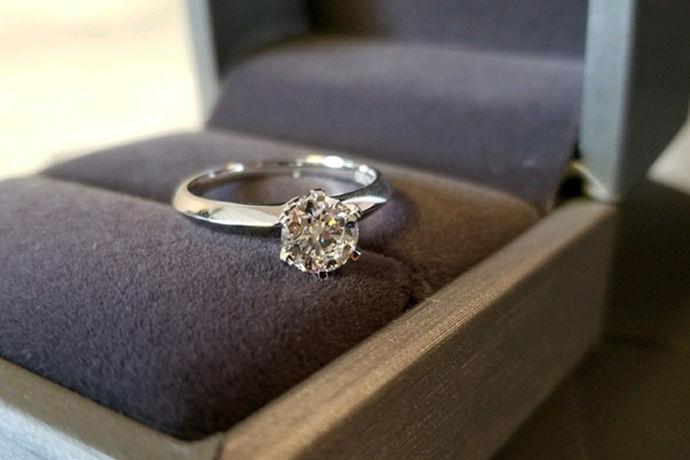 戒指以其小巧精致的特点,成为许多女性钟爱的首饰之一,想想一双纤纤玉手怎么离得开戒指的陪伴呢?但是指圈也有大小的区别,大家要根据自己手指的大小选择戒指。