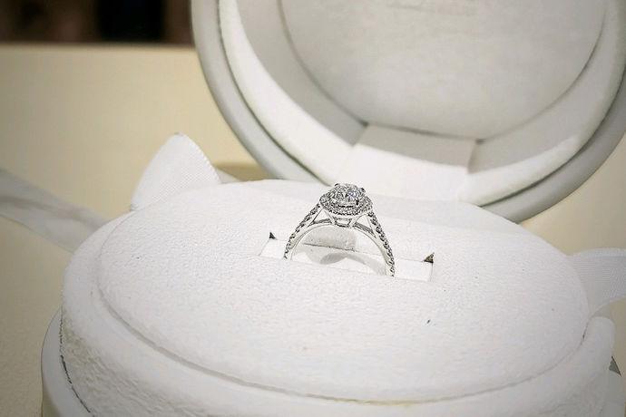 戒指是戴在手指上的装饰品,作为一种首饰,戒指备受女性消费者的青睐。而现在的人们戴戒指也更加讲究,因为这往往是一种象征,也是一种内涵。