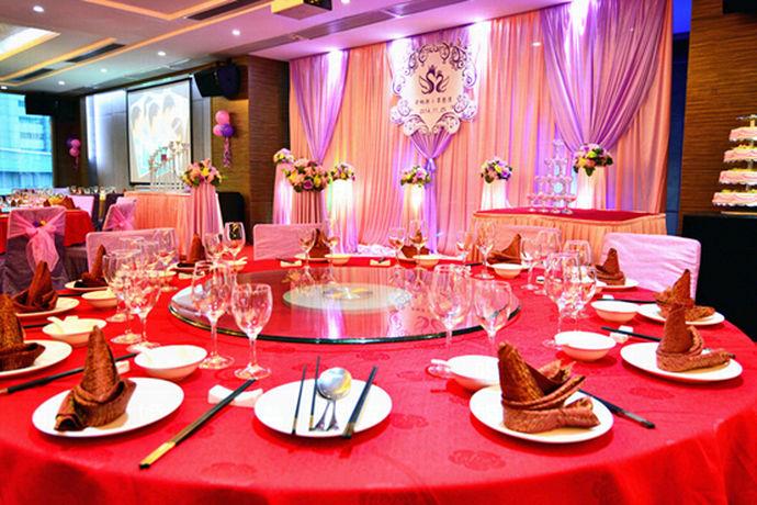 在置办婚宴的时候,婚宴预算这个问题可以说让很多新人头疼,特别是北京这个大城市,作为首都北京的婚宴花费可只高不低。那么北京婚宴多少钱一桌?接下来中国婚博会小编就给您一个详细答案