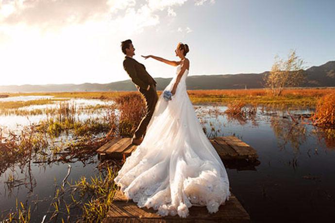 拍一套漂亮的婚纱照是每个女孩的梦想,除了关心婚纱照拍的美不美之外,最关心的应该是婚纱照的价格了。那么,如果想拍5套衣服的婚纱照大概需要多少钱?