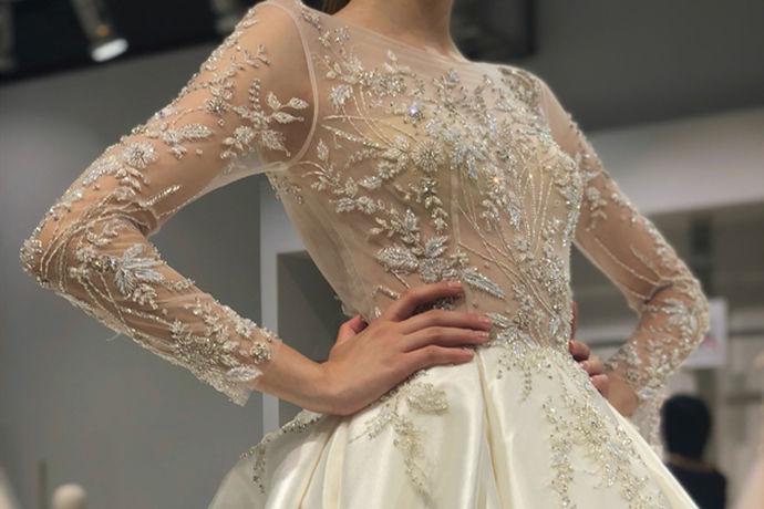 拍婚纱一般新娘穿高跟鞋,新郎穿皮鞋,款式颜色需根据婚纱礼服的款式以及婚纱照的风格来决定,新郎新娘的款式要相互搭配。新郎新娘可各自带一双拖鞋,方便换装。