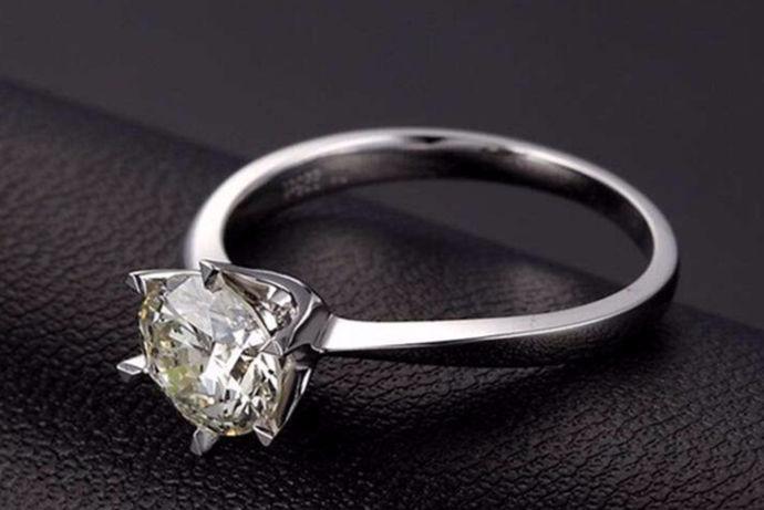 钻戒,是非常好看的一种戒指,近年来,钻戒越来越受人们喜爱。但与此同时,钻戒的价格也是让人们对它望而却步,很多人不知道钻戒大小具体是多大。两克拉钻戒有多大?我们一起来看看吧。