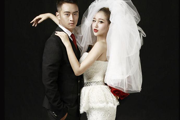 了解了国外婚纱照的价格,很多人都会选择出国拍婚纱照,毕竟国外婚纱的款式格调还是很高的,在国外拍婚纱照有什么需要注意的,国外婚纱照的价格会更贵吗?在国外拍婚纱照多少钱?