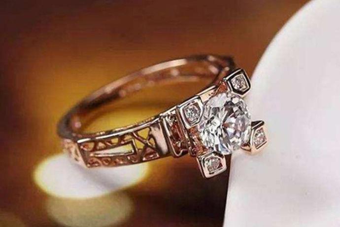 戒指是一种佩戴在手上的装饰品,人们对戒指了解得最多的那一定就属结婚对戒啦!结婚是每对情侣走到最后在一起的证明。结婚除了美丽的婚纱,好看的婚宴场地,还需要一份具有意义的戒指,戒指一般都是定制的,可以刻上对方的名字,可以定制戒指的形状。一对只属于对方才懂得的秘密。