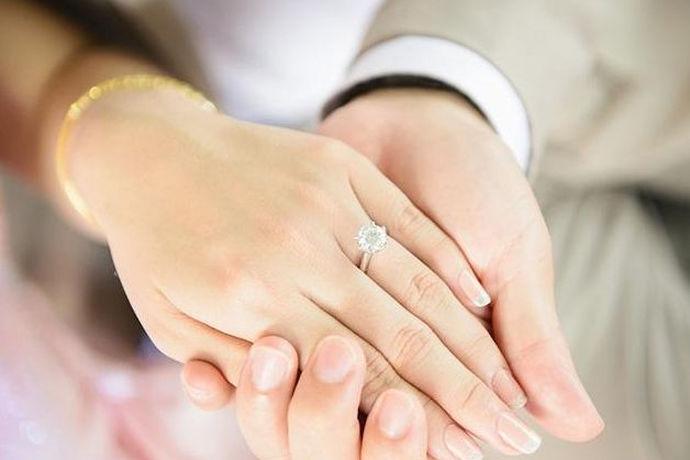 每个年轻人都会对结婚有着美好的幻想,期待自己结婚以后的美好幸福生活。可以说婚姻是每个人一生中最幸福的时刻,两个人组建了一个新的家庭,生活开始了一个新的章程。然而结婚之前缺有很多繁琐的准备工作,新人在结婚前并不会感到很轻松,那么,结婚要准备些什么呢?