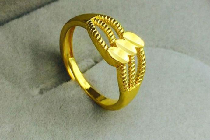 求婚可以用黄金戒指,除了黄金戒指,铂金戒指、K金戒指、钻石戒指等都是常见的求婚戒指种类。在购买黄金戒指时,消费者要注意选对戒指款式和尺寸。