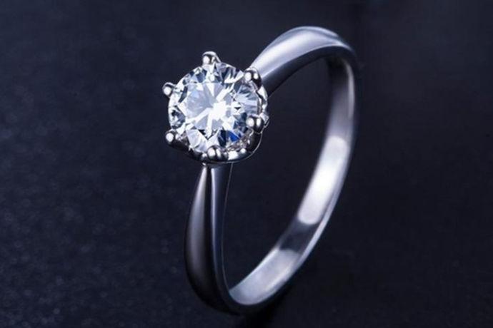 女孩子对亮晶晶的钻石可谓真是毫无抵抗力啦,如果能有一颗钻石戴在手上可真是一件很开心的事情了呢,市面上有很多的珠宝商店都会售卖钻石,钻石因为它自身的特殊性被拿来作为爱情长久恒远的象征,所以在结婚时钻戒就是必不可少的了,那么,怎样购买钻戒呢?小编下面就给大家带来怎样购买钻戒的一些诀窍吧。