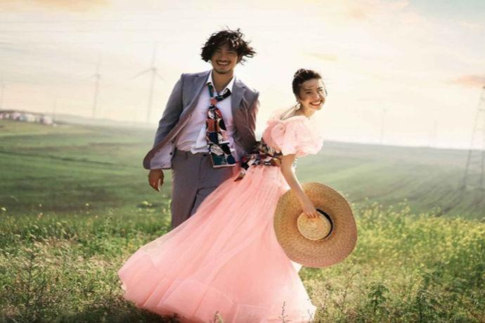 拍婚纱照是一件很开心的事情,相爱的两人一起摆出一些恩爱的动作,用照片记录下来,以后回忆起来那是相当的美好。