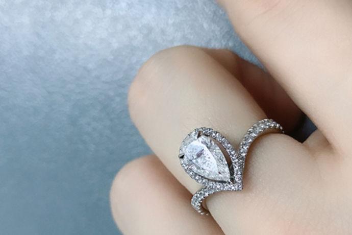 结婚钻戒是婚姻必不可少的信物,在婚礼仪式上自然也少不了结婚戒指交换的环节,在这个浪漫又神圣的时刻,当戒指缓缓戴入彼此的无名指上,代表婚姻和承诺的生成,意味着正式踏入人生的另一阶段,所以在挑选的时候,应该引起重视,至于怎么挑选结婚钻戒,可以从以下几个方面出发。