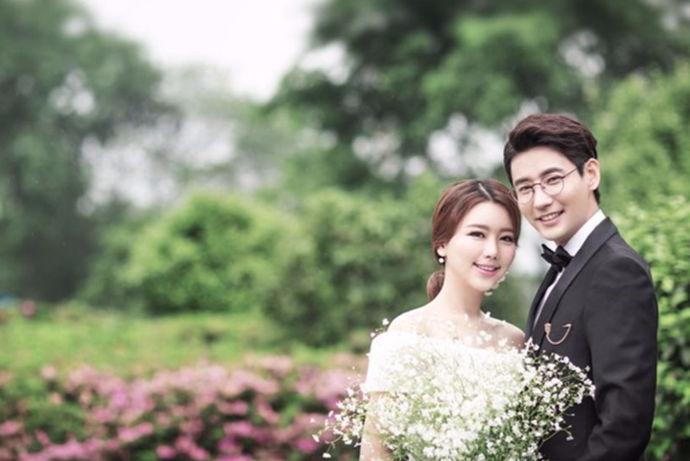 很多人拍婚纱照都会先考虑一下价格,因为合理的预算是婚礼正常举行的前提。下面就让小编来介绍婚纱照一套要多少钱吧!快来一起看看吧。