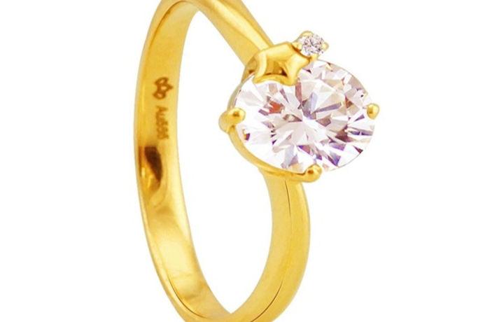 镶钻的黄金戒指已经非常常见,我们身边的总有几个朋友佩戴的就是镶钻的黄金戒指,镶钻的黄金戒指既有黄金可以保值,又有钻石永恒爱情的寓意,因此镶钻的黄金戒指将黄金和钻石的结合在一起,非常受消费者喜爱,那么黄金钻戒多少钱一克呢?