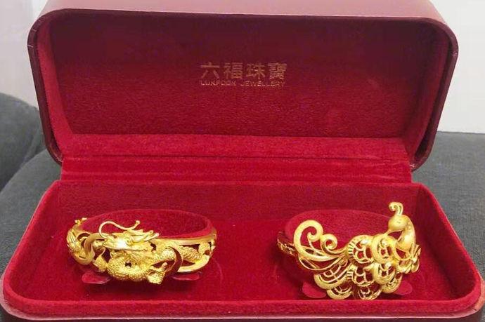 在当今市场上流行着很多不同材质,不同品牌的首饰。比如说有黄金首饰,铂金首饰,银首饰和钻石首饰等等。那么在众多的材质中人们往往会有一些选择困难症。今天中国婚博会小编为大家带来现在黄金饰品每克多少钱?