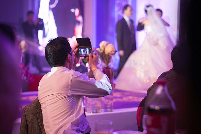 结婚照有两种定义,一种是可以指结婚登记照,一种是指婚纱照。实际上,任何的在结婚期间庆祝期间的照片都可以定义为结婚照,还有那些婚礼上使用的海报,都是可以算作结婚照的。还有在蜜月期间在野外采光的各种照片都是婚纱照。所以拍摄漂亮的婚纱照是非常有必要的。那么,要拍出漂亮的婚纱照,我们应该注意些什么呢?今天小编就带大家看一下学习一下。