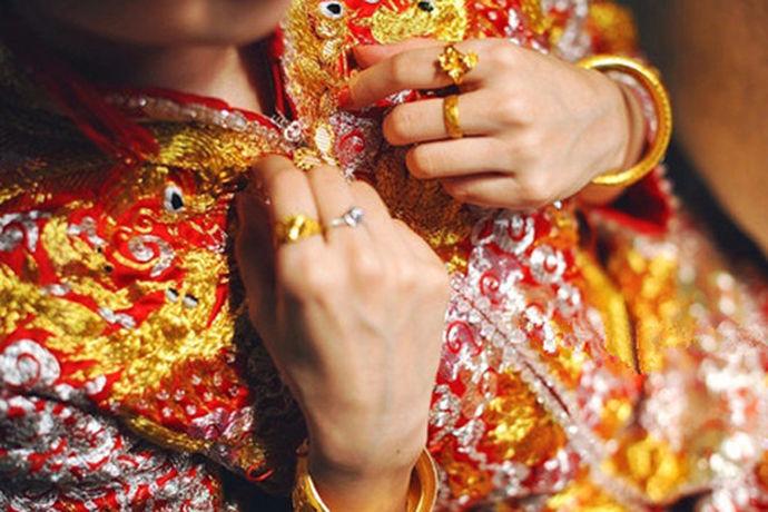 情侣之间的求婚,相爱之人的结婚典礼,恋人之间的海誓山盟都少不了戒指的存在,戒指演变到现在已然变成了两个人表达爱情的信物。可以说,戒指如今已经成为了爱人的必备物品。,那么你真正了解戒指吗?戒指的戒又包涵什么意义呢?