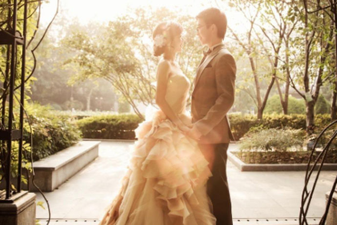 对于婚纱摄影工作室,相信大家平时在逛街的时候,都会看到很多不同规模的店。就是因为当今的婚纱摄影行情如此发展。所以新人们在选择婚纱摄影店的时候都会很纠结。今天中国婚博会小编就为大家带来三亚婚纱摄影工作室哪些比较好?