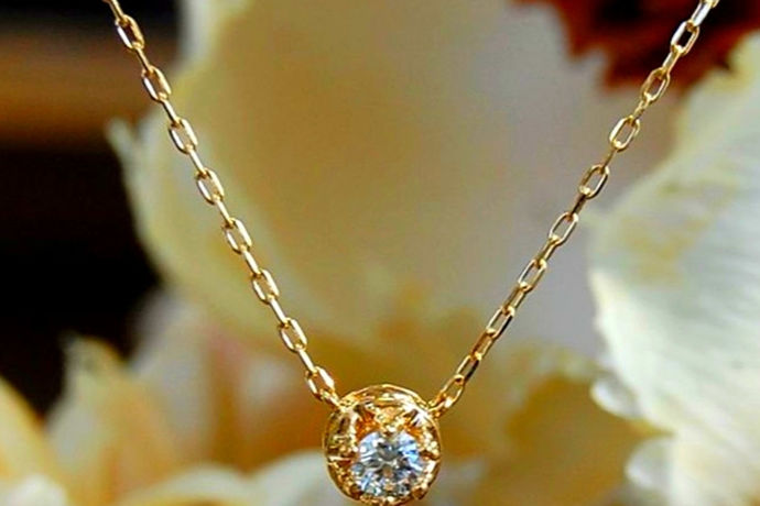 现在很多商家都宣称钻石是对自己心爱之人的感情体现,而忙着要挑选钻石的新朋友们,可以说百分之九十九都是没有这方面相关知识的。在第一次挑选如此昂贵的东西时难免会感到紧张,所以今天我们就要一起来总结买钻石项链要注意什么。
