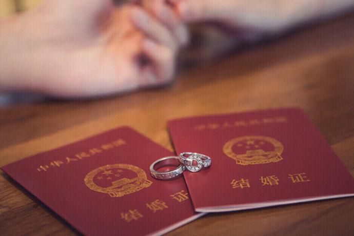 想要成为合法夫妻的新人就需要到其中任意一方的户口所在地的当地婚姻登记处办理相应的结婚手续。此时如果通过组织审查的话,在办理结婚证之前也需要拍结婚证照。很多新人会问,结婚证照可以自己拍吗?自己拍的话当然可以,不过也有一些注意事项,下面就和中婚博会小编一起了解下结婚证照可以自己拍的话有哪些注意事项吧!