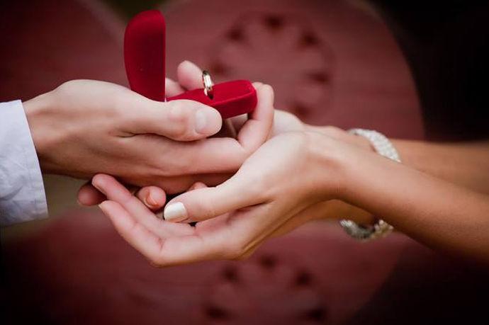 对于一个女生来说,一个梦幻而又甜蜜的求婚一定是一生中最美好的回忆之一。因为无论是怎样的甜言蜜语,都不如直截了当的求婚来的更加让人心动和感动。但对于男生来说,怎样策划一个让女友难忘的求婚仪式却成了一个令人头痛的难题。因为除了要想一个完美的计划还要各方面的准备工作,这是非常消耗人力物力财力的一件事。