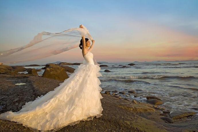 女人穿上婚纱的样子是最美的样子,大家平日里应该都见过穿上婚纱的新娘。但是你应该不知道,每一件婚纱其实都是要经过精心挑选的。中国自古以来就有句话说,鞋子合不合适只有脚知道。同样的道理婚纱合不合适,只有试过了才知道。那么问题来了,在婚纱店试婚纱要给钱吗?今天就带着大家解答一下去婚纱店试婚纱要钱吗?
